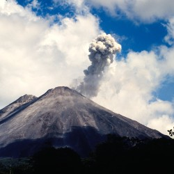 <b>Arenal volcano has several small eruptions per day</b> | Kamera: NIKON D700 |  |  | Verschlusszeit: 1/60s | ISO: 200