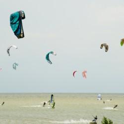 <b>Kitesurfer bei De Braamberg / Mirns</b> | Kamera: NIKON D700 | Brennweite: 170mm | Blende: ƒ/10 | Verschlusszeit: 1/640s | ISO: 200