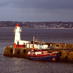 <b>Newlyn Harbour South Pier Light</b> | Kamera: Filmscan 35mm |  |  | Verschlusszeit: 1/11s |