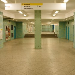 <b>Subway, Berlin</b> | Kamera: NIKON D700 | Brennweite: 28mm | Blende: ƒ/5.6 | Verschlusszeit: 1/10s | ISO: 200