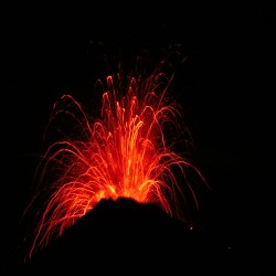 <b>Nocturnal eruption of  Arenal volcano</b> | Kamera: NIKON D700 |  |  | Verschlusszeit: 1/40s | ISO: 200