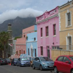 <b>Bo-Kaap, Cape Town with Tablemountain</b> | Kamera: NIKON D610 | Brennweite: 48mm | Blende: ƒ/8 | Verschlusszeit: 1/1000s | ISO: 200